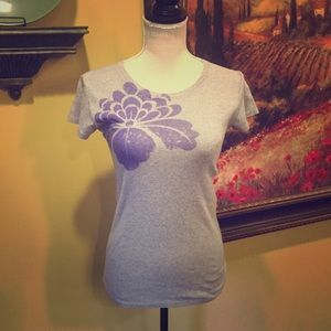 Lucy - activewear Gray flower tee. Size S